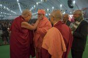 Его Святейшество Далай-лама приветствует участников конференции по вопросам ума в индийских философских школах мысли и современной науке. Сарнатх, Варанаси, Индия. 30 декабря 2017 г. Фото: Лобсанг Церинг.