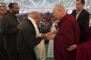 По завершении конференции в Центральном институте высшей тибетологии Его Святейшество Далай-лама преподносит всем докладчикам в знак уважения традиционные шарфы-хадаки. Сарнатх, Варанаси, Индия. 31 декабря 2017 г. Фото: Лобсанг Церинг.