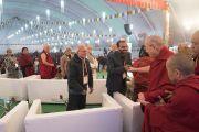Поднявшись на сцену, Его Святейшество Далай-лама приветствует участников конференции по вопросам ума в индийских философских школах мысли и современной науке. Сарнатх, Варанаси, Индия. 31 декабря 2017 г. Фото: Лобсанг Церинг.