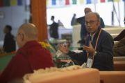 Мишель Битбол выступает с докладом на конференции по вопросам ума в индийских философских школах мысли и современной науке, организованной в Центральном институте высшей тибетологии. Сарнатх, Варанаси, Индия. 31 декабря 2017 г. Фото: Лобсанг Церинг.