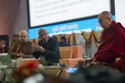 Доктор Тхуптен Джинпа выступает с докладом о трех главных характеристиках сознания в буддийской философии во время конференции в Центральном институте высшей тибетологии. Сарнатх, Варанаси, Индия. 31 декабря 2017 г. Фото: Лобсанг Церинг.