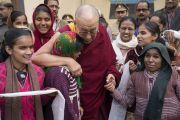 Его Святейшество Далай-лама встречается с группой слепых и полуслепых женщин и девочек из близлежащей школы Дживан Джоти по завершении конференции по вопросам ума в индийских философских школах мысли и современной науке. Сарнатх, Варанаси, Индия. 31 декабря 2017 г. Фото: Лобсанг Церинг.