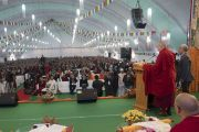 Его Святейшество Далай-лама выступает с обращением во время празднования золотого юбилея Центрального института высшей тибетологии. Сарнатх, Варанаси, Индия. 1 января 2018 г. Фото: Тензин Пунцок.