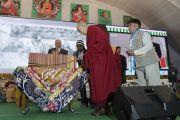 Его Святейшество Далай-лама представляет книги, опубликованные Центральным институтом высшей тибетологии. Сарнатх, Варанаси, Индия. 1 января 2018 г. Фото: Тензин Пунцок.