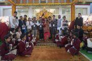 Его Святейшество Далай-лама фотографируется со взрослыми членами буддийского общества «Наланда Шикша», прочитавшими Мангала-сутту на пали, после того, как группа школьников пропела «Сутру сердца» на санскрите. Бодхгая, штат Бихар, Индия. 7 января 2018 г. Фото: Лобсанг Церинг.