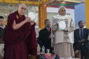 Его Святейшество Далай-лама и главный министр штата Бихар Шри Нитиш Кумар представляют публике первый том серии «Наука и философия в индийской буддийской классике», в которой собраны классические буддийские научные и философские воззрения на природу реальности, изложенные доступным современному читателю языком. Бодхгая, штат Бихар, Индия. 7 января 2018 г. Фото: Лобсанг Церинг.