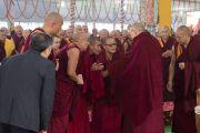 Его Святейшество Далай-лама общается с составителями и редакторами первого тома серии книг «Наука и философия в индийской буддийской классике» под названием «Физический мир». Бодхгая, штат Бихар, Индия. 7 января 2018 г. Фото: Лобсанг Церинг.