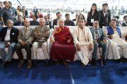 Его Святейшество Далай-лама и другие почетные гости сидят в первом ряду в начале церемонии открытия Второго национального конгресса учителей. Пуна, штат Махараштра, Индия. 10 января 2018 г. Фото: Лобсанг Церинг.