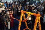 Его Святейшество Далай-лама звонит в традиционный школьный звонок в знак открытия Второго национального конгресса учителей. Пуна, штат Махараштра, Индия. 10 января 2018 г. Фото: Лобсанг Церинг.