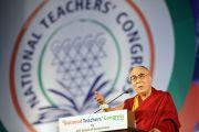 Его Святейшество Далай-лама выступает с обращением на церемонии открытия Второго национального конгресса учителей в Технологическом институте Махараштры. Пуна, штат Махараштра, Индия. 10 января 2018 г. Фото: Лобсанг Церинг.