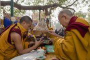 Его Святейшество Далай-лама принимает ритуальное подношение во время молебна у ступы Махабодхи. Бодхгая, штат Бихар, Индия. 17 января 2018 г. Фото: Тензин Чойджор.