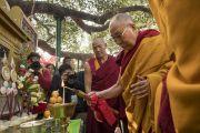Его Святейшество Далай-лама возжигает масляную лампаду перед началом молебна у ступы Махабодхи. Бодхгая, штат Бихар, Индия. 17 января 2018 г. Фото: Мануэль Бауэр.