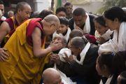 Направляясь ранним утром из тибетского храма к ступе Махабодхи, Его Святейшество Далай-лама утешает пожилых тибетцев. Бодхгая, штат Бихар, Индия. 17 января 2018 г. Фото: Тензин Чойджор.