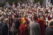 По возвращении в тибетский храм Его Святейшество Далай-лама приветствует участников 25-го ежегодного международного семинара Бокара Ринпоче по махамудре. Бодхгая, штат Бихар, Индия. 17 января 2018 г. Фото: Тензин Чойджор.