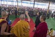 По прибытии на площадку для проведения учений «Калачакра Майдан» Его Святейшество Далай-лама машет верующим рукой. Бодхгая, штат Бихар, Индия. 18 января 2018 г. Фото: Мануэль Бауэр.