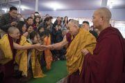 Его Святейшество Далай-лама приветствует верующих по прибытии на площадку для проведения учений «Калачакра Майдан». Бодхгая, штат Бихар, Индия. 18 января 2018 г. Фото: Мануэль Бауэр.