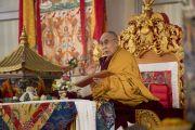 Его Святейшество Далай-лама читает тексты предварительных ритуалов, необходимых для дарования посвящений. Бодхгая, штат Бихар, Индия. 18 января 2018 г. Фото: Мануэль Бауэр.