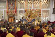 Его Святейшество Далай-лама дает комментарий к текстам во время предварительных ритуалов для дарования посвящений. Бодхгая, штат Бихар, Индия. 18 января 2018 г. Фото: Мануэль Бауэр.