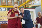 Валентино Джакомин представляет совместно с Его Святейшеством Далай-ламой свою новую книгу «Универсальная этика» перед началом лекции, организованной по просьбе образовательного фонда «Проект Алиса». Бодхгая, штат Бихар, Индия. 25 января 2018 г. Фото: Лобсанг Церинг.
