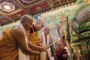 Его Святейшество Далай-лама, досточтимый Пхра Бходхинандхамуни и досточтимый Ратнесвар Чакма возжигают лампаду в начале церемонии открытия храма Ват Па Буддхагая Ванарам. Бодхгая, штат Бихар, Индия. 25 января 2018 г. Фото: Тензин Чойджор.