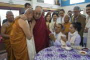 Его Святейшество Далай-лама обнимает досточтимого Пхра Бходхинандхамуни во время встречи с меценатами храма Ват Па Буддхагая Ванарам. Бодхгая, штат Бихар, Индия. 25 января 2018 г. Фото: Тензин Чойджор.