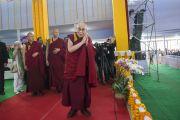 Его Святейшество Далай-лама прибывает на площадку «Калачакра Майдан», чтобы прочитать лекцию о светской этике для школьников из Бихара. Бодхгая, штат Бихар, Индия. 25 января 2018 г. Фото: Лобсанг Церинг.