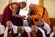 Послушникам срезают последние пряди волос во время церемонии дарования монашеских обетов в резиденции Его Святейшества Далай-ламы. Дхарамсала, Индия. 22 февраля 2018 г. Фото: дост. Тензин Джампель.