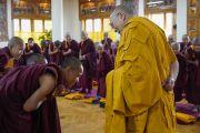 В начале первого дня двухдневной церемонии дарования монашеских обетов Его Святейшество Далай-лама приветствует в своей резиденции готовящихся принять обеты послушников. Дхарамсала, Индия. 22 февраля 2018 г. Фото: дост. Тензин Джампель.