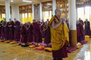 Его Святейшество Далай-лама молится у статуи Будды во время краткого собрания с послушниками, организованного перед началом церемонии дарования монашеских обетов. Дхарамсала, Индия. 22 февраля 2018 г. Фото: дост. Тензин Джампель.