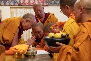 По завершении первого дня двухдневной церемонии Его Святейшество Далай-лама благословляет одеяния и чаши для подношений монахов и монахинь, только что принявших обеты. Дхарамсала, Индия. 22 февраля 2018 г. Фото: дост. Тензин Джампель.