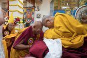 Его Святейшество Далай-лама приветствует Дрикунг Четсанга Ринпоче во время подношения молебна о долгой жизни, организованного монахинями основных школ тибетского буддизма. Дхарамсала, Индия. 1 марта 2018 г. Фото: Тензин Чойджор.