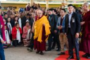 Его Святейшество Далай-лама прибывает в главный тибетский храм на церемонию подношения молебна о долгой жизни, организованную монахинями основных школ тибетского буддизма. Дхарамсала, Индия. 1 марта 2018 г. Фото: Тензин Чойджор.