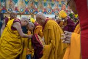 Его Святейшество Далай-лама приветствует Шарце Чодже по прибытии в главный тибетский храм на церемонию подношения молебна о долгой жизни. Дхарамсала, Индия. 1 марта 2018 г. Фото: Тензин Чойджор.