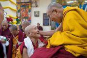 Его Святейшество Далай-лама приветствует пожилую монахиню, сделавшую традиционное завершающее подношение во время молебна о долгой жизни, организованного монахинями основных школ тибетского буддизма. Дхарамсала, Индия. 1 марта 2018 г. Фото: Тензин Чойджор.