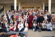 Перед началом встречи Его Святейшество Далай-лама фотографируется с группами паломников, прибывших из 50 стран мира. Дхарамсала, Индия. 5 марта 2018 г. Фото: Тензин Чойджор.