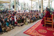 Одна из участниц встречи задает вопрос Его Святейшеству Далай-ламе. Дхарамсала, Индия. 5 марта 2018 г. Фото: Тензин Чойджор.