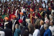 Его Святейшество Далай-лама и преподаватели Центрального университета Джамму прибывают в зал собраний на 1-ю церемонию вручения дипломов. Джамму, штат Джамму и Кашмир, Индия. 18 марта 2018 г. Фото: Тензин Чойджор.