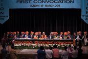 Его Святейшество Далай-лама выступает с обращением во время 1-й церемонии вручения дипломов в Центральном университете Джамму. Джамму, штат Джамму и Кашмир, Индия. 18 марта 2018 г. Фото: Тензин Чойджор.
