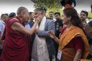 Его Святейшество Далай-лама прибывает в Центральный университет Джамму на 1-ю церемонию вручения дипломов. Джамму, штат Джамму и Кашмир, Индия. 18 марта 2018 г. Фото: Тензин Чойджор.