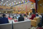 Его Святейшество Далай-лама выступает с обращением во время интерактивной беседы об общечеловеческих ценностях, организованной в рамках программы второго дня 92-й ежегодной встречи Ассоциации индийских университетов. Сарнатх, штат Уттар-Прадеш, Индия. 20 марта 2018 г. Фото: Лобсанг Церинг.