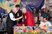 Его Святейшество Далай-лама благодарит Шри Шанта Кумара, депутата парламента Индии, члена оргкомитета Индийского парламентского Форума всех партий по Тибету, за его выступление в ходе торжественной церемонии «Спасибо, Индия». Дхарамсала, Индия. 31 марта 2018 г. Фото: Тензин Чойджор.