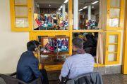Переводчики с тибетского языка во время первой сессии диалога между российскими учеными и буддийскими учеными-философами. Дхарамсала, Индия. 3 мая 2018 г. Фото: Тензин Чойджор.