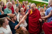 Его Святейшество Далай-лама пожимает руки некоторым из более чем 1000 туристов, собравшихся во дворе главного тибетского храма. Дхарамсала, Индия. 19 мая 2018 г. Фото: Тензин Чойджор.