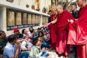 Его Святейшество Далай-лама приветствует слушателей, собравшихся в главном тибетском храме. Дхарамсала, Индия. 19 мая 2018 г. Фото: Тензин Чойджор.
