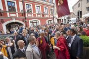 По прибытии в отель Его Святейшество Далай-лама приветствует толпу почитателей. Вильнюс, Литва. 12 июня 2018 г. Фото: Тензин Чойджор.