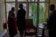Его Святейшество Далай-лама наслаждается видом из окна в отеле. Вильнюс, Литва. 12 июня 2018 г. Фото: Тензин Чойджор.