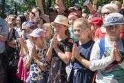 Юные почитатели слушают обращение Его Святейшества Далай-ламы на площади Тибета. Вильнюс, Литва. 13 июня 2018 г. Фото: Тензин Чойджор.