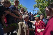 Покидая площадь Тибета, Его Святейшество Далай-лама пожимает руки своим сторонникам и почитателям. Вильнюс, Литва. 13 июня 2018 г. Фото: Тензин Чойджор.