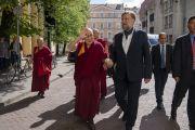 Директор Тибетского дома профессор Витас Видунас сопровождает Его Святейшество Далай-ламу к сцене по прибытии в Вильнюсский университет. Вильнюс, Литва. 13 июня 2018 г. Фото: Тензин Чойджор.