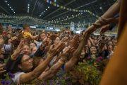 Верующие подошли ближе к сцене, чтобы пожать руку Его Святейшеству Далай-ламе по завершении первого дня учений для стран Балтии и России. Рига, Латвия. 16 июня 2018 г. Фото: Тензин Чойджор.